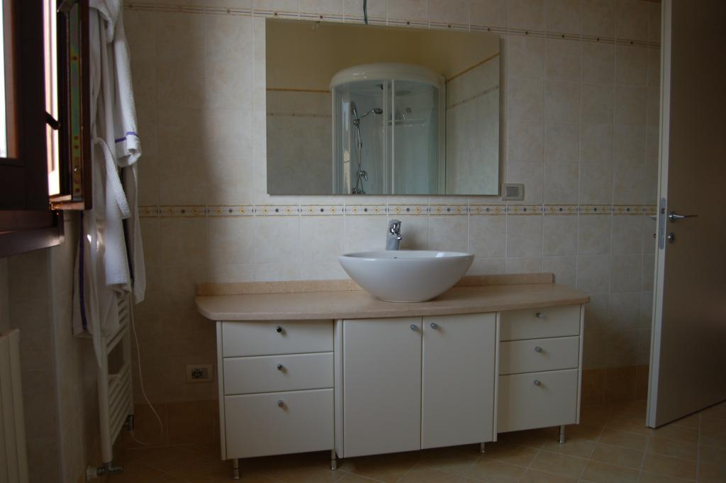 bagno mobile tre moduli con lavabo in appoggio