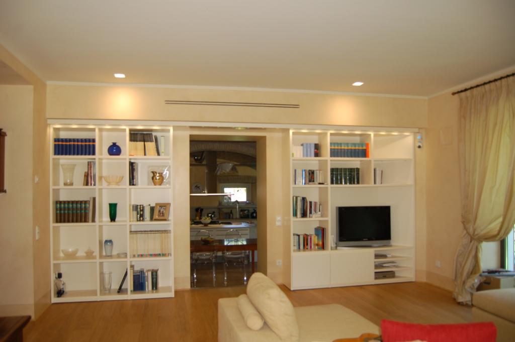 Armadio libreria soggiorno idee per il design della casa for Armadio libreria ikea